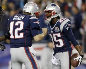 Tom Brady et Brandon Lloyd célèbrent un TD