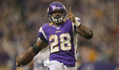 1. Adrian Peterson (Minnesota Vikings) : 349 courses - 2097 yards (131.1/match) - 6 yds/course - 12 TD