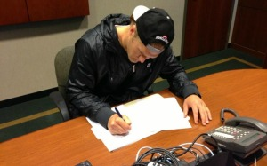 La photo de Clay Matthews en train de signer son contrat