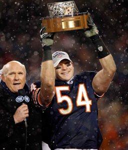 Brian Urlacher soulève le trophée de Champion NFC en 2006