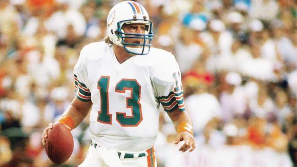 Dan Marino. Grâce à un bras puissant et à une grande rapidité d'exécution, il détient toujours de nombreux records NFL. Il ne lui manque qu'un titre NFL.