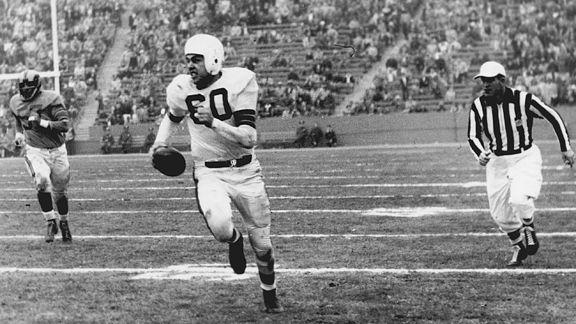 Otto Graham. Ici sous les couleurs de Cleveland, Graham a dominé son ère. Il détient toujours le record NFL de yards par passe et du pourcentage de victoire (81%)