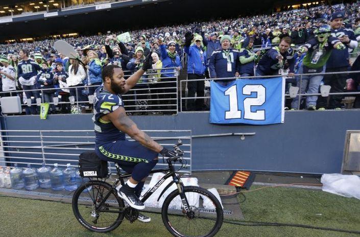 Michael Bennett fait le tour du stade en vélo pour célébrer avec le 12è homme