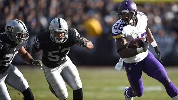 Attrape-moi si tu peux ! 203 yards pour Adrian Peterson face aux Raiders (Thearon W. Henderson - getty)