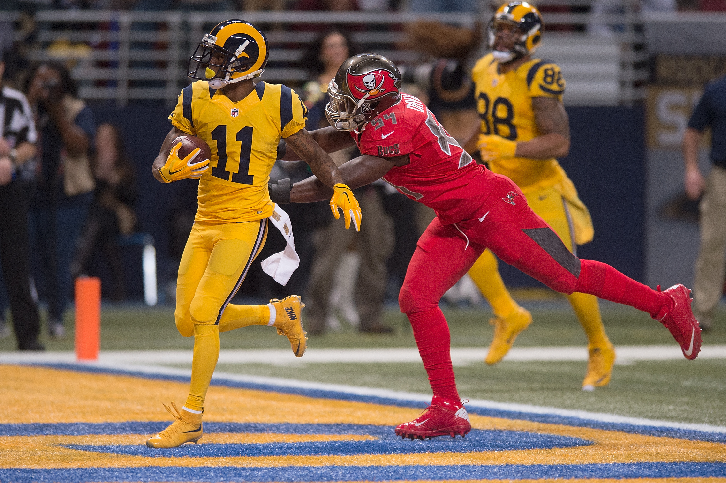 "2 TD pour Tavon Austin dans son maillot ""color rush"" (Michael B. Thomas - Getty)"