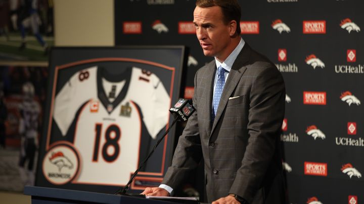 Peyton Manning a officiellement rangé son numéro 18... (Getty)