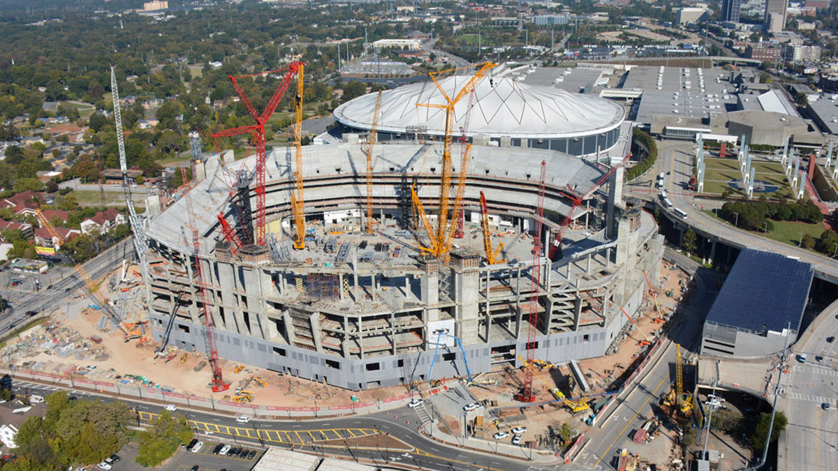 Le Mercedes Benz Stadium en construction, juste à côté du Georgia Dome