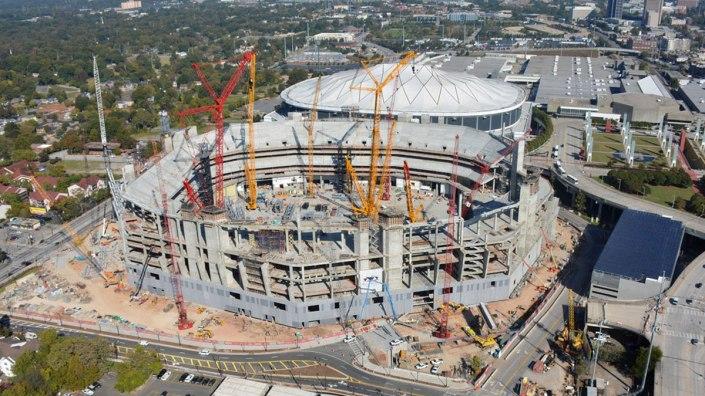 Le Mercedes Benz Stadium en construction, juste à côté du Georgia Dome