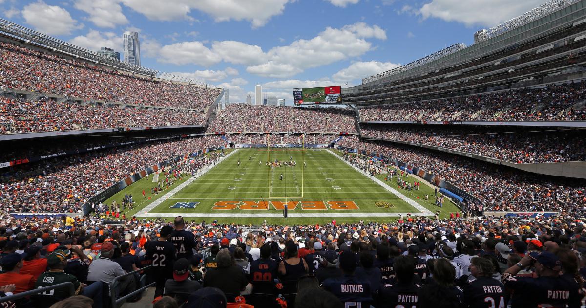 Les rénovations du Soldier Field font oublier le passé glorieux du stade (Chicago Sun)