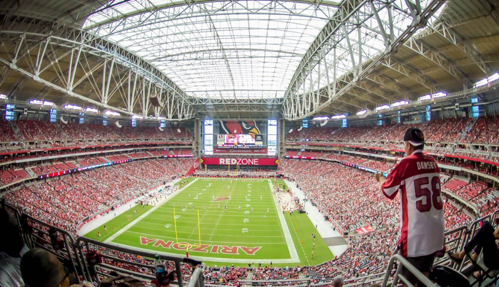 """Le stade des Cardinals, avec au fond le mythique signe géant """"RedZone"""""""